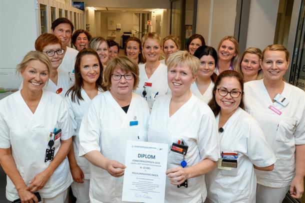 Denne flotte buketten med helsesekretærer og sykepleiere i K3K poliklinikker ved UNN Tromsø har mottatt klinikkens Forbedringspr