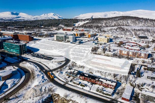 Parkeringsplassene på begge sider av veien som går opp mot tannbygget/BRUS-bygget, samt den gamle Tromsprodukt-tomta (til høyre